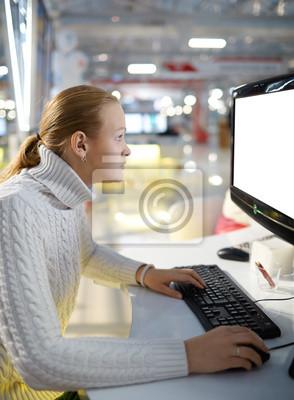 Mladá dívka a prázdné monitoru.