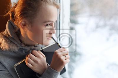 Mladá dívka v hluboké myšlenky