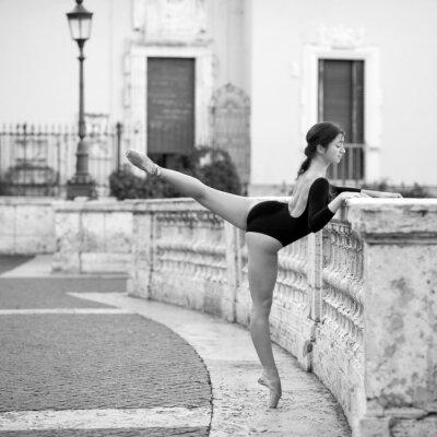 Obraz Mladá krásná baletka tančí na Španělských schodů v Římě,