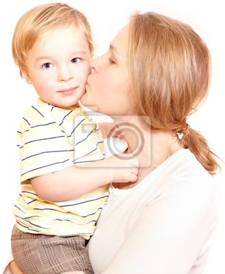 Mladá šťastná matka líbat její dítě.