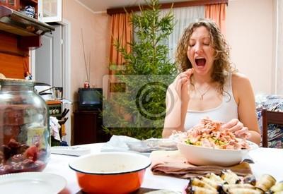 Mladá žena je vaření svátek jídla a ochutnávky to