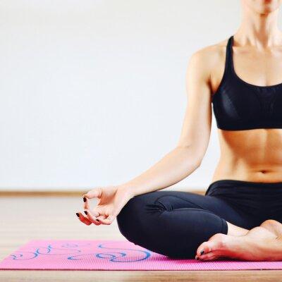 Obraz Mladá žena, která dělá jógy v interiéru - část těla