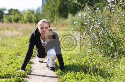 Mladá žena, která dělá push up v parku