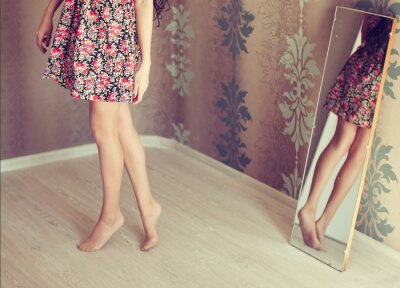 Obraz Mladá žena otočí zrcadlo