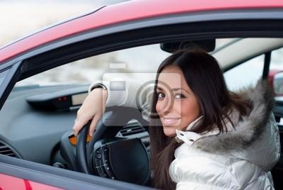 Mladá žena v autě