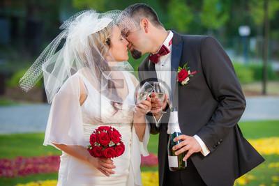 Mladý pár v lásce Celebration v zahradě