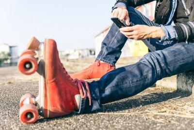 Obraz Mladý skejťák s chytrý telefon