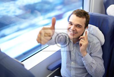 Mladý úspěšný podnikatel ve vlaku.