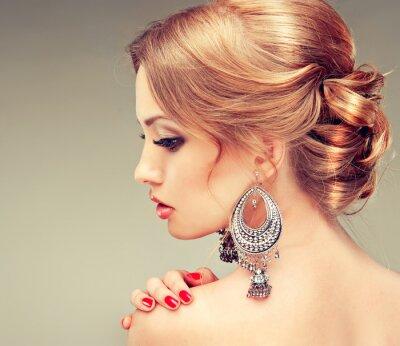 Obraz Model s červenými nehty a roztomilý účes