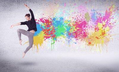 Obraz Moderní pouliční tanečnice skákání s barevný nátěr postříkání