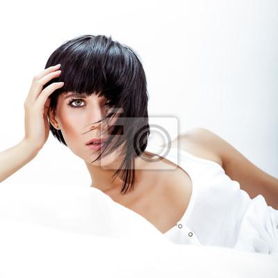 Módní portrét mladé ženy v posteli