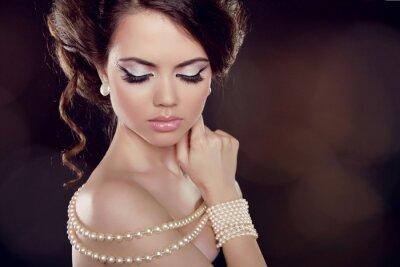 Obraz Módní žena s perlový náhrdelník na obnaženými rameny