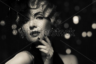 Obraz Monochromatický obraz elegantní blonďatá retro žena nosit malý klobouk se závojem