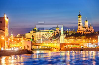 Moskva Kreml zářící ve večerním světle přes řeku Moskva, Rusko