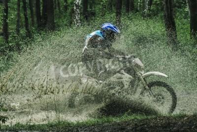 Obraz Motokrosové kolo překročení potoka, stříkající vodu v soutěži