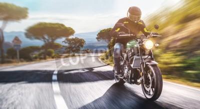 Obraz motorka na jízdě na silnici. baví jízdu prázdnou silnici na cestě motocyklu. copyspace pro váš jednotlivý text.