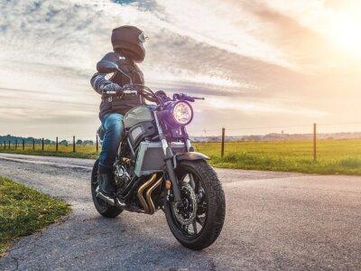 Obraz motorky na silnici na koni. baví jízda na prázdné silnici na motocyklu zájezdu / cesty