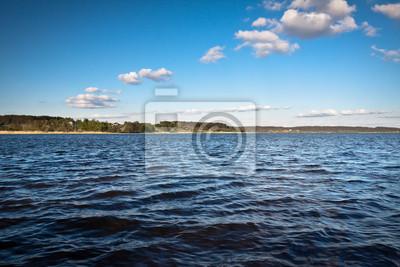 Mraky nad jezerem v létě