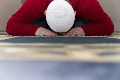 Obraz Muslimský muž se modlí v mešitě
