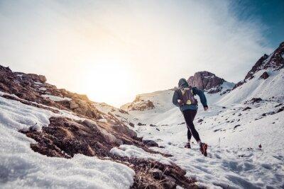 Obraz Muž běží na sněhu na hoře