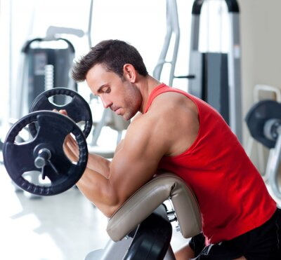 Obraz muž s činkami na sportovní tělocvičně