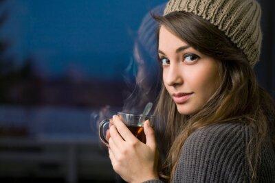 Obraz Nádherná mladá brunetka drží čaj.