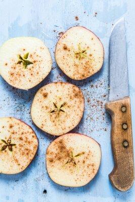 Obraz Nakrájené čerstvé organické jablko se skořicí na stůl