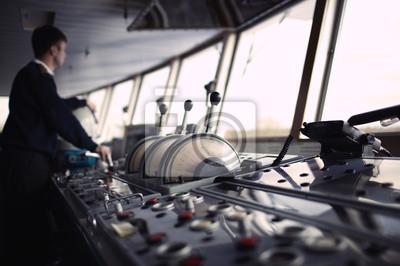 Navigační důstojník jízdy lodí na řece.