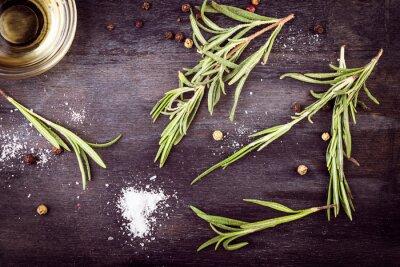 Obraz Olivový olej s rozmarýnem, pepřem a solí. Středomořské ingredience.
