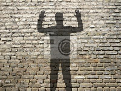 ombre d'Homme síťový en l'Air, sur mur de briques