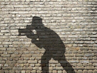 Ombre de Fotograf sur mur en briques
