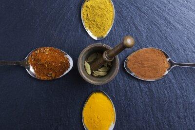 Obraz orientální indické koření kari paprika muškátový oříšek na břidlice