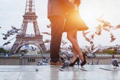 Obraz pár poblíž Eiffelovy věže v Paříži, romantický polibek