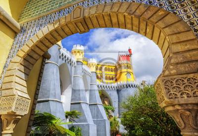 Pena palác, Sintra, Portugalsko, pohled skrze vstupní oblouk