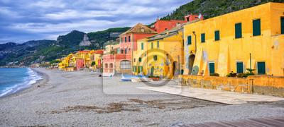 Pestré rybářské domy na italské riviéře v Varigotti, Lig