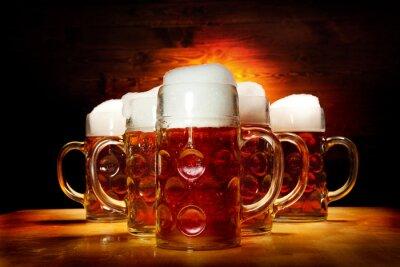 Obraz Pět Pivní brýle na dřevěný stůl