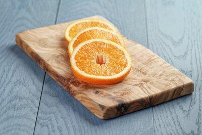 Obraz plátky zralé oranžové na prkénku olivový, mělké zaměřením