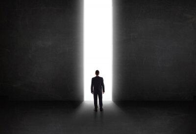 Obraz Podnikatel při pohledu na stěnu s lehkým otevřením tunelu