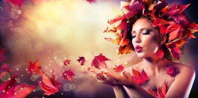 Obraz Podzimní žena foukání červené listy - Krása modelka dívka