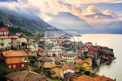 Pohled na jezeře Como, Milán, Itálie, na západ slunce s Alp i