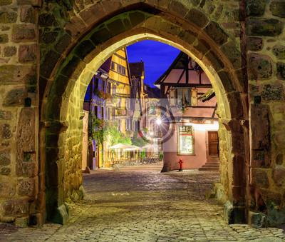 Pohled na Riquewihr, Alsasko, Francie, přes městské zdi branou na Nig
