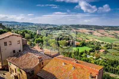 Pohled na vinobraní město v Toskánsku, Itálie