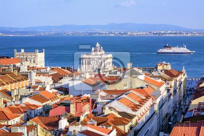 Pohled přes střechy centru Lisabonu na řece Tajo, Portugalsko