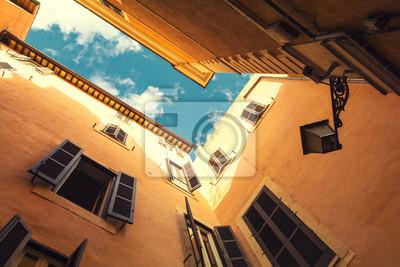 Pohled z rohového ulici v Římě slunečné oblohy