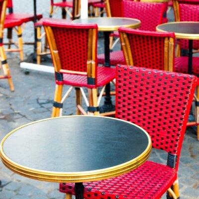 Obraz Pohled z ulice na kávu terasu se stoly a židlemi