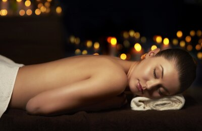 Obraz Polonahá žena odpočívá po masáži