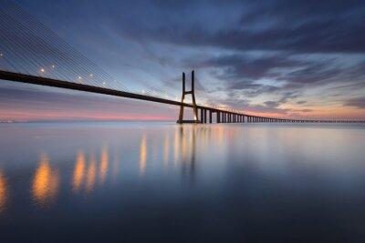 Obraz Ponte Vasco da Gama sobre o Rio Tejo em Lisboa AO Nascer do Sol