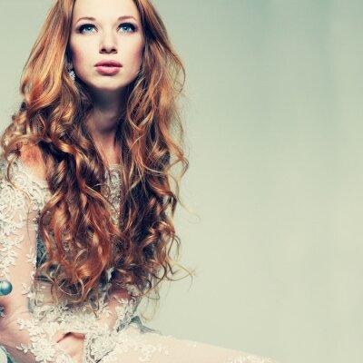 Obraz Portrét elegantní zrzavá dívka je v krajkových šatech