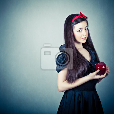 Portrét krásné dívky s jablkem