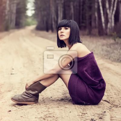 Portrét krásné dívky v lese